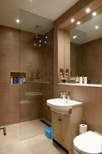 Oglinda cu polita si cu spoturi pentru baie crem