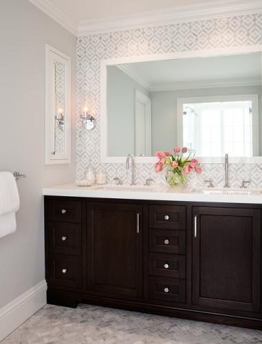 Oglinda cu rama alba pentru baie zugravita in alb