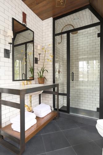 Oglinda cu rama neagra pentru baie cu faianta alba de tip subway