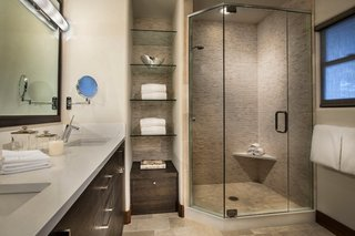 Oglinda telescopica pentru baie aplicata pe perete