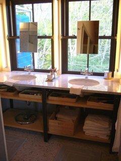 Oglinzi aplicate cu ventuze pe ferestrele din baie
