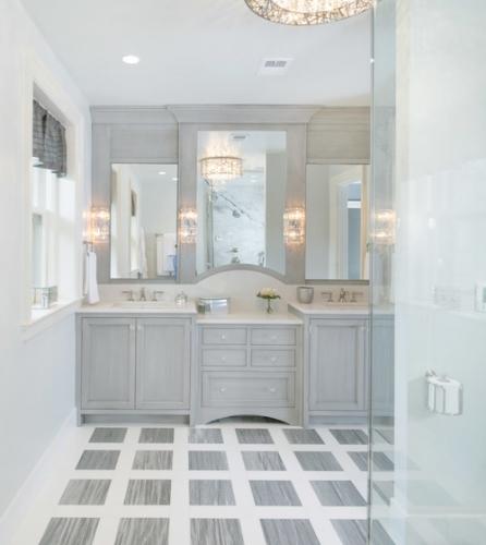 Oglinzi cu aplici fixate in lateral pentru iluminare suplimentara in baie