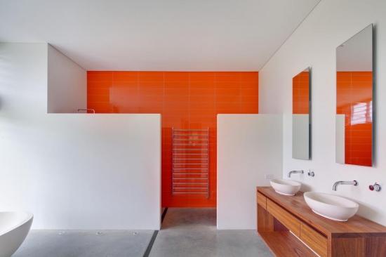 Oglinzi simple pentru baie moderna cu alb si portocaliu