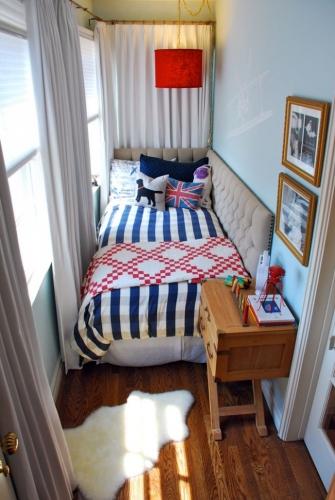 Camera mica cu pat intre perete si fereastra