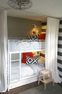 Dormitor cu paturi albe suprapuse