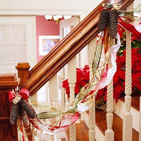 Balustrada impodobita cu panglici colorate si conuri de brad