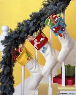 Ciorapei de Craciun albi cu mansete colorate pentru decorarea scarii interioare