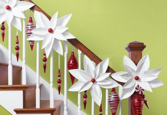 Flori mari albe din hartie si globuri rosii ornament pentru scara interioara