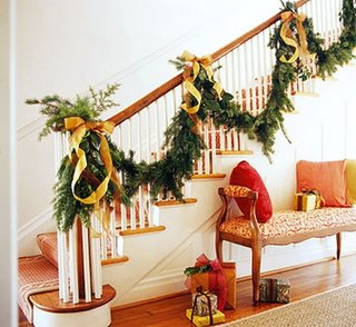 Ghirlanda din crengi de brad cu panglici pentru decorarea scarii interioare