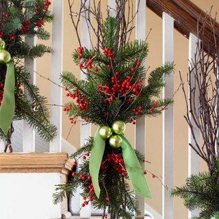Scara interioara decorata cu crengute de brad si merisoare