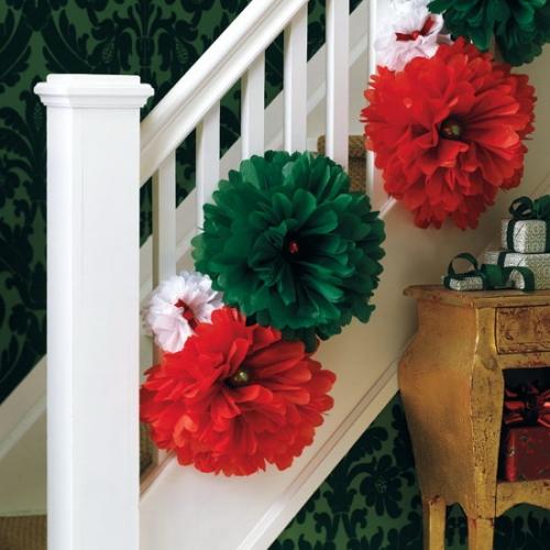 Scara interioara decorata cu flori mari rosii si verzi in spiritul Craciunului