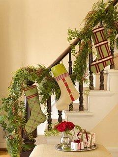 Scara intrioara decorata cu ciorapei de Craciun