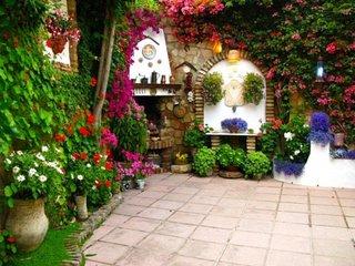 Semineu de exterior din piatra si flori colorate