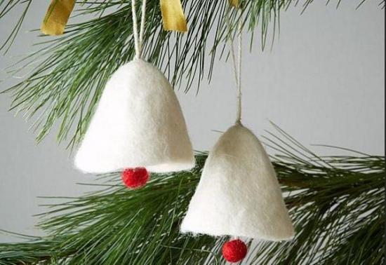 Clopotei pentru brad confectionati din fetru alb