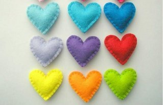 Inimioare colorate realizate manual din fetru