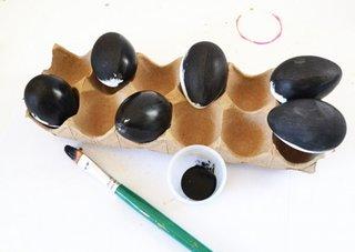 Se vopsesc cu negru ouale