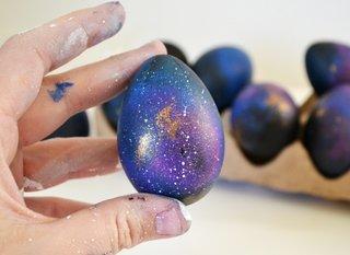 Vopsirea oului de paste pentru a semana cu o galaxie