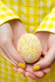 Idee de decorare a oualelor de Paste cu bombonele mici colorate