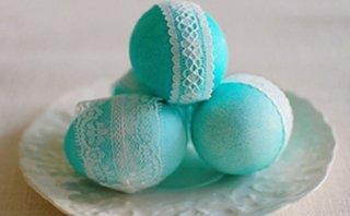 Oua de Paste turcoaz decorate cu dantela