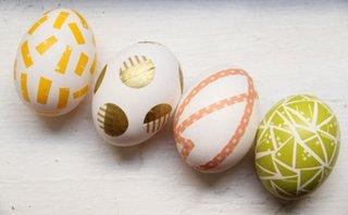 Oua decorate cu banza adeziva colorata