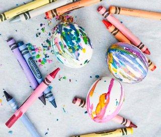 Oua vopsite cu ajutorul creioanelor colorate