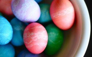 Oua vopsite cu ajutorul dantelei