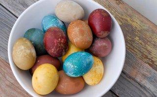 Oua vopsite cu vopsele ecologice si naturale