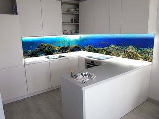 Bucatarie alba si perete cu peisaj marin