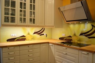 Bucatarie cu mobila crem si perete cu flori galbene de vanilie