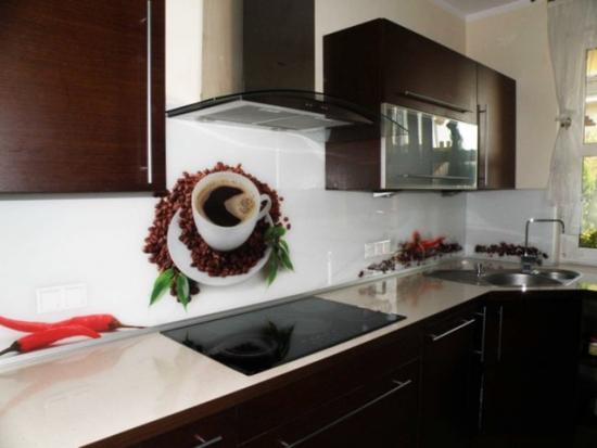 Mobilier de bucatarie maro inchis si perete alb cu imagine cana cu cafea