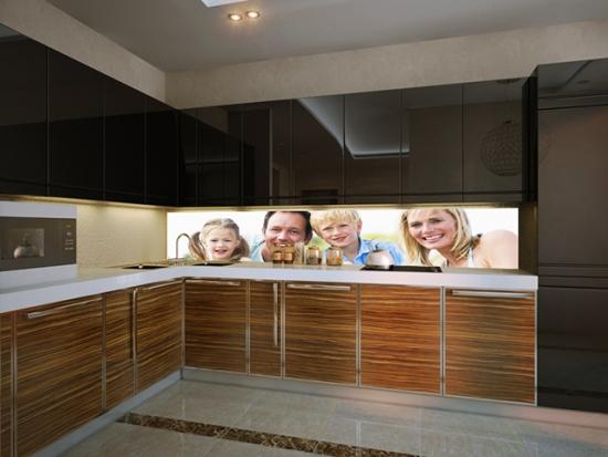 Portret de familie printat pe panou de sticla