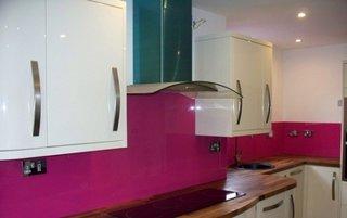 Panouri roz in bucatarie alba