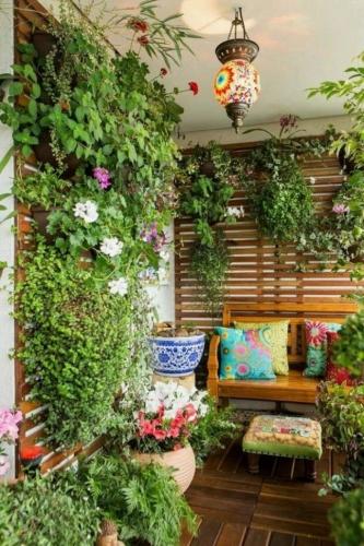 Perete balcon decorat cu panou din lemn