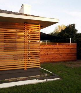 Terasa inchisa cu perete din zabrele de lemn
