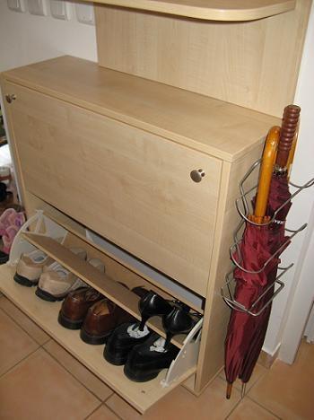 Suport pentru umbrele atasat la pantofar
