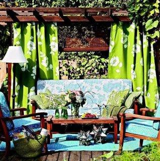 Pergola cu panza umbrire verde pentru o amenajare deco a terasei
