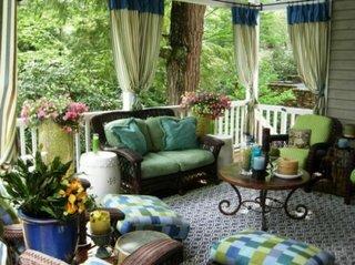 Veranda amnajata cu verde si bleu turcoaz si panza de umbrire in dungi asortate