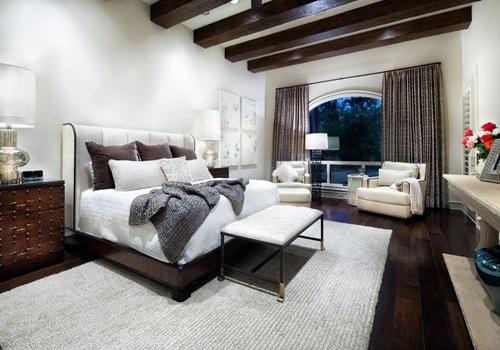 Dormitor cu parchet si mobilier wenge si tavan cu grinzi din lemn