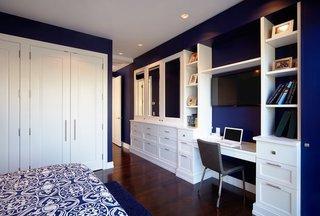 Dormitor cu peretii albastru electrizant mobila alba si pardoseala wenge