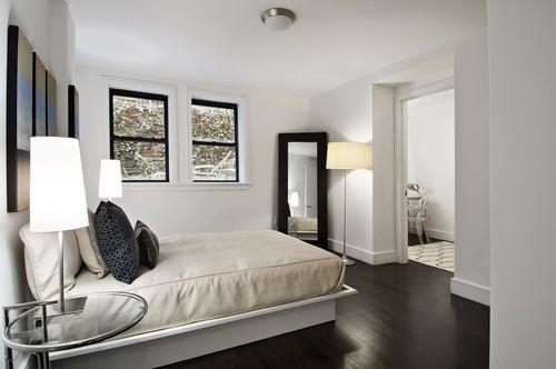 Dormitor cu peretii si pat alb si ferestre si parchet wenge