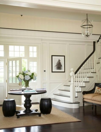 Hol de intrare in casa cu peretii albi parchet wenge si scara interioara alba cu wenge