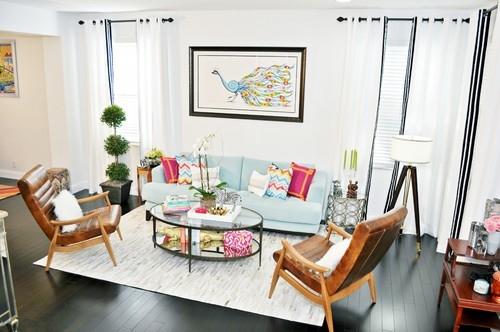 Living modern cu parchet wenge si canapea bleu cu perne decorative colorate