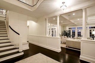 Scara interioara cu contratrepte albe si trepte si balustrada wenge