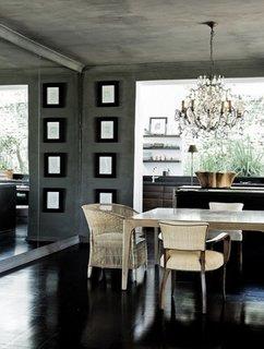 Zona de dinning cu parchet negru si perete placat cu oglinda