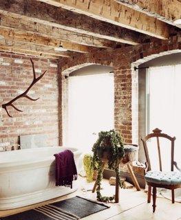 Baie rustica moderna cu pereti placati cu caramida si parchet impermeabil