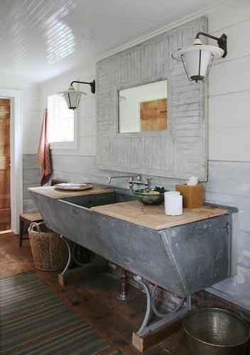 Decor baie rustica cu accente industriale si pardoseala din lemn impremeabil