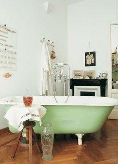 Decor vintage pentru o baie cu parchet din lemn masiv clasic