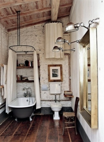 Design industrial baie si pardoseala placata cu parchet impermeabil