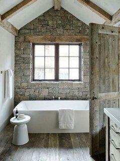 Pardoseala lemn cu aspect antichizat in baie rustica mica