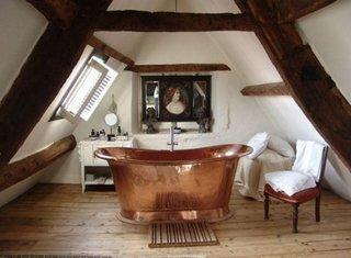 Pardoseala lemn impremeabil si cada de cupru in baie moderna la mansarda